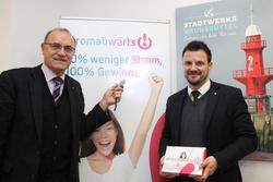 «Steuern Sie mit uns &_39;stromabwärts!&_39;« fordern (v.l.) Dr. Hans-Jürgen Block, Vorsitzender des SHeff-Z-Vereins, und Andreas Wulff, Geschäftsführer der Stadtwerke Brunsbüttel GmbH, die Verbraucher auf.